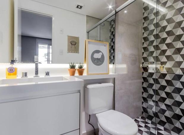 O banheiro social recebeu azulejos geométricos da Portobello (Foto:  ATA Photograph/Divulgação)