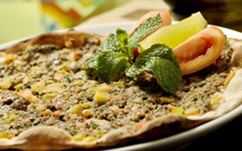 Pizza turca leva carnes de cordeiro e bovina moídas