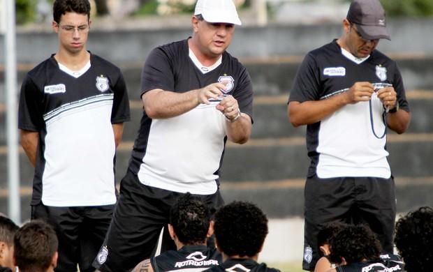 Marcelo Vilar faz reunião com atletas antes do treino (Foto: Leonardo Silva / Jornal da Paraíba)