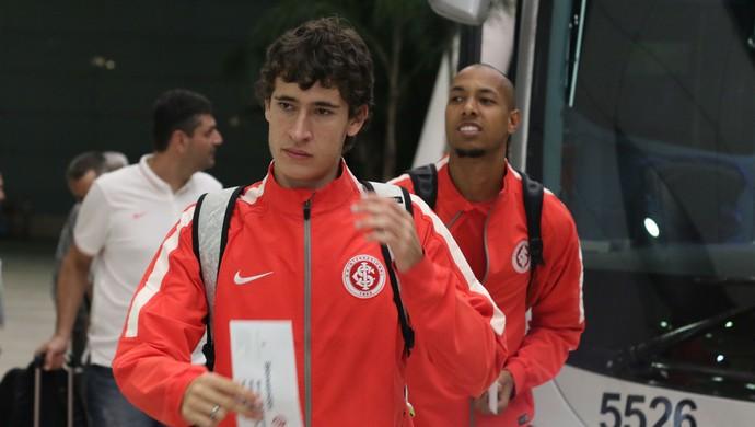 Rodrigo Dourado e Alan Costa na chegada da delegação do Inter (Foto: Diego Guichard)