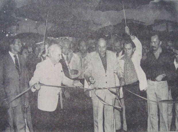 Governador Augusto Franco e o vice-presidente da República Aureliano Chaves durante a inauguração do conjunto em 1982  (Foto: Reprodução/Jornal da Cidade)