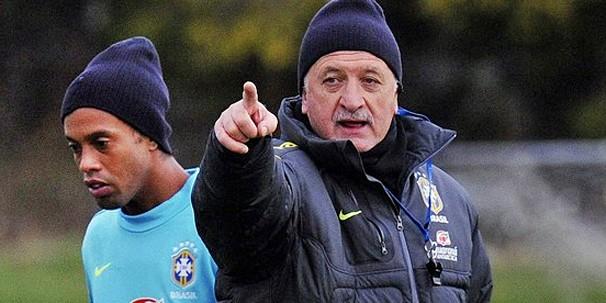 Ronaldinho Gaúcho e Felipão durante treino da Seleção, que enfrenta a Inglaterra (Foto: EFE)