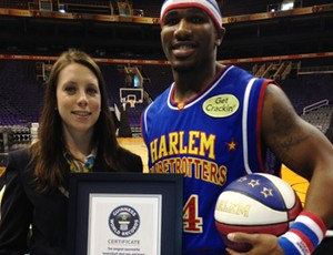 "Corey ""Thunder"" Law, do Harlem Globetrotters com a placa do Guiness Book (Foto: Reprodução/Instagram)"