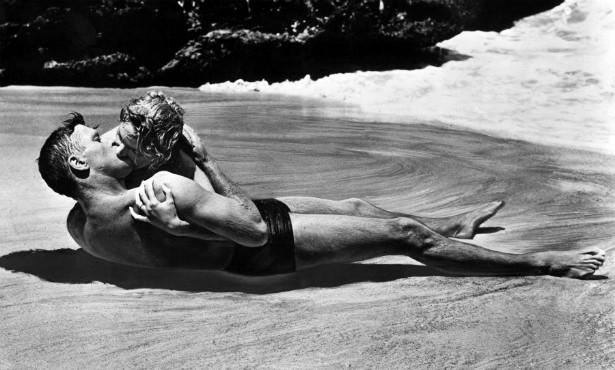 O clássico beijo de Burt Lancaster (1913-1994) e Deborah Kerr (1921-2007) em 'A Um Passo da Eternidade' (1953) emocionou tanta gente que a praia no Havaí em que a cena foi gravada se tornou um ponto turístico! (Foto: Reprodução)