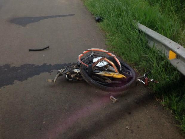 Bicicleta ficou destruída após atropelamento (Foto: Rodrigo Rodrigues/PRF)