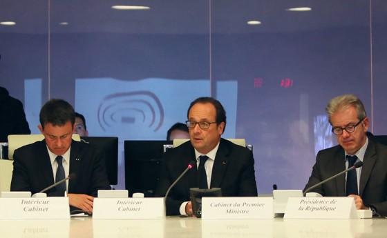 O presidente francês, François Hollande (ao centro), reunido com o comitê de crise na noite desta quinta-feira (Foto: Divulgação/Palácio do Eliseu)