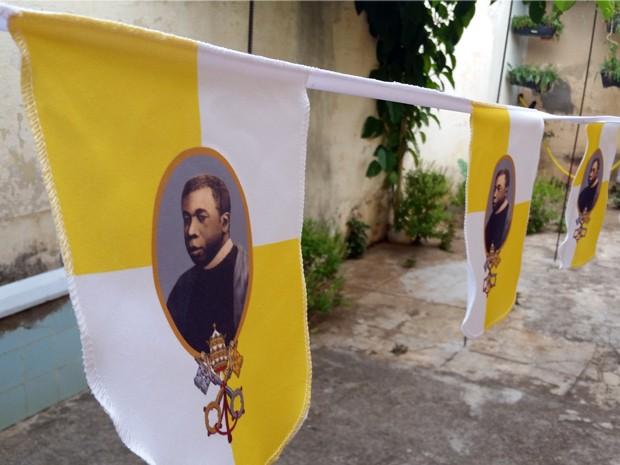 Moradores preparam enfeites de Padre Victor para ruas de Três Pontas, MG (Foto: Régis Melo / G1)