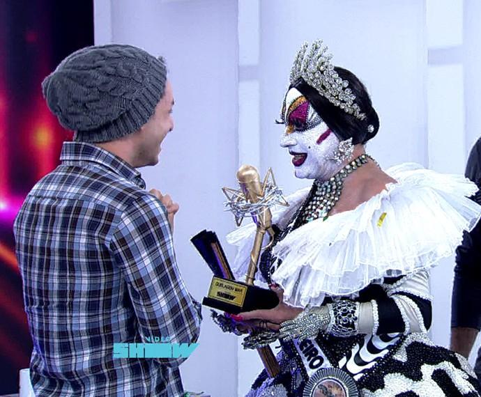 Rainer Cadete recebe Microfone de Ouro das mãos de Isabelita dos Patins (Foto: Vídeo Show/TV Globo)