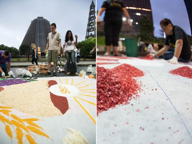 Fiéis montam tapete de sal no Centro do Rio (Foto: Bia Alves/ Fotoarena/AE)