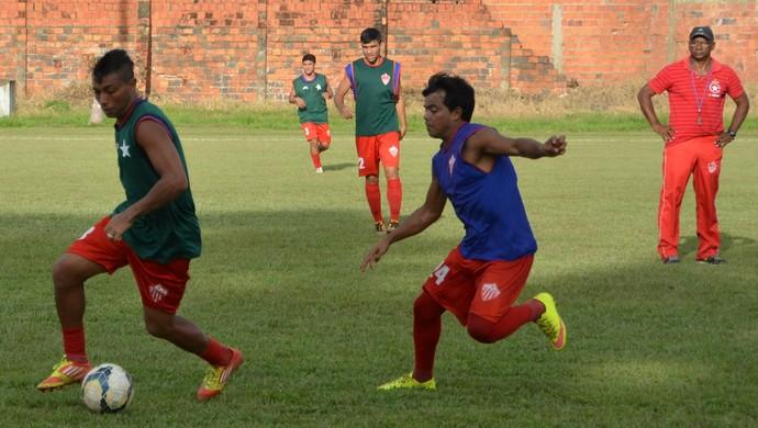 Zezito observa movimentação dos jogadores durante coleitvo no CT José de Melo (Foto: Duaine Rodrigues)