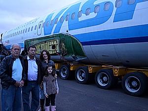 Ao centro, o piloto Edinei Capistrano, acompanhado da mulher, da neta e de um amigo ex-comandante (Foto: Thaisa Figueiredo/G1)