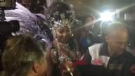 De black power, cantora Ludmilla chega à Sapucaí cercada por fotógrafos