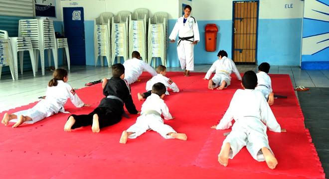 Alunos na aula de judô (Foto: divulgação - Itanhaém)
