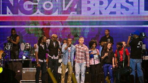 Luciano Huck foi acompanhado por Sofia Lucas, da TV Zimbo, e pelos artistas brasileiros Thiaguinho e Aline Barros, e pelos angolanos Eduardo Paim e pela dupla B4, que animaram a plateia durante todo o evento (Foto: Globo)