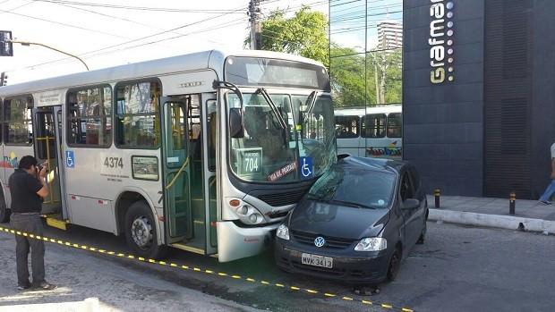 Ônibus atingiu lateral do veículo (Foto: Everton Gomes/Arquivo pessoal)