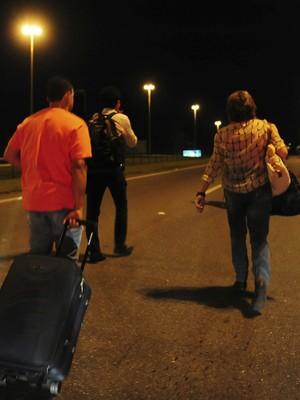 SP: passageiros carregam malas  na Dutra para chegar a Guarulhos (Junior Lago/Reuters)