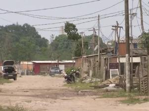 Comunidade irregular tem casas e comércios (Foto: Reprodução/ TV Tribuna)