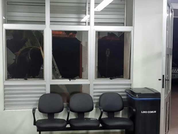 Vidros quebrados após paciente de hospital público se revoltar com demora e atirar lixeira contra eles no DF (Foto: Arquivo Pessoal)