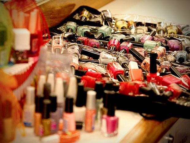 São mais ou menos 200 vidros de esmaltes de todos as cores e tonalidades (Foto: Avenida Brasil/TV Globo)