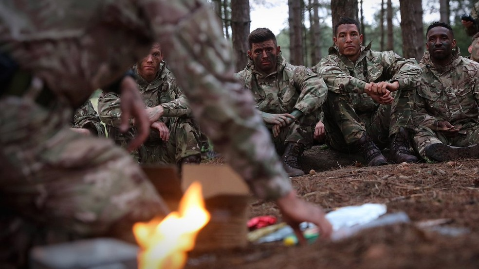 9e4cbc1afff87 Jogadores da Inglaterra em acampamento militar da Marinha (Foto  Barry  Wheeler