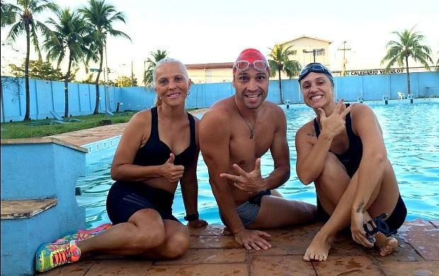 Karina Quadros recebe ajuda de atletas para perder medo da natação (Foto: Karina Quadros/Arquivo Pessoal)