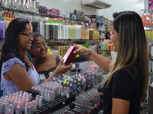 Irmãs decidem levar o perfume preferido da mamãe (Foto: Flávio Antunes/G1 SE)