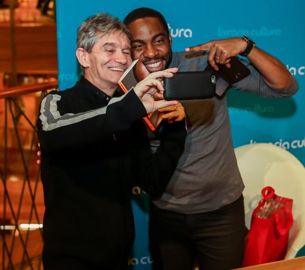 Serginho Groisman faz selfie com Lázaro Ramos (Foto: Manuela Scarpa/Brazil News)