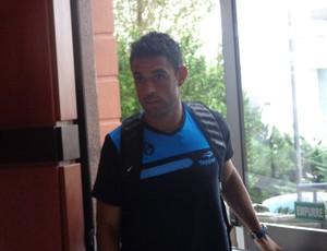 Werley entra no hotel em Caxias (Foto: Tomás Hammes / GLOBOESPORTE.COM)