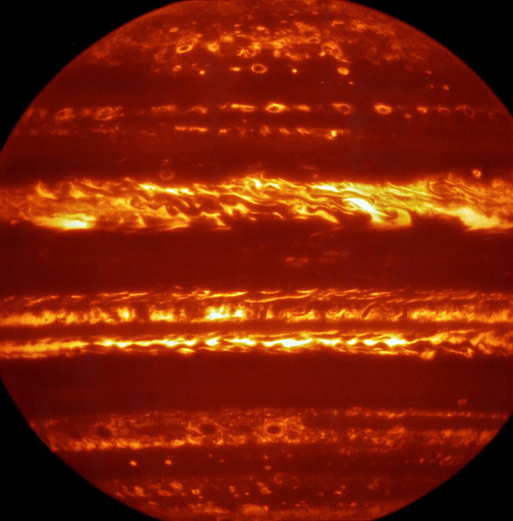 Imagem de Júpiter, colorida artificialmente, foi produzida por um equipamento de megatelescópio que consegue estudar a luz infravermelha de objetos celestes (Foto: ESO/L. Fletcher)
