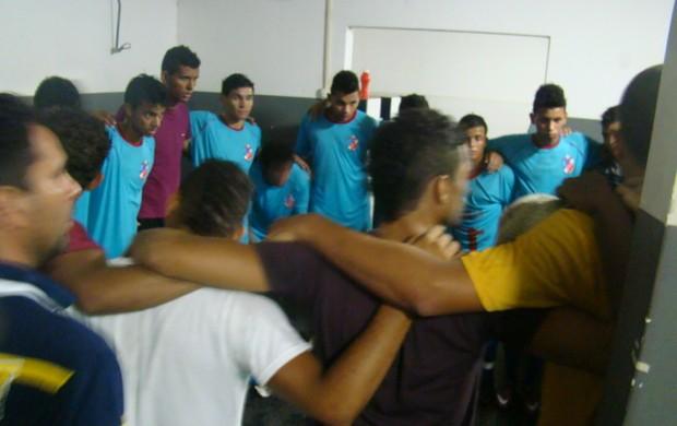 Time do Barras faz oração após amistoso (Foto: João Henrique Bezerra/GLOBOESPORTE.COM)