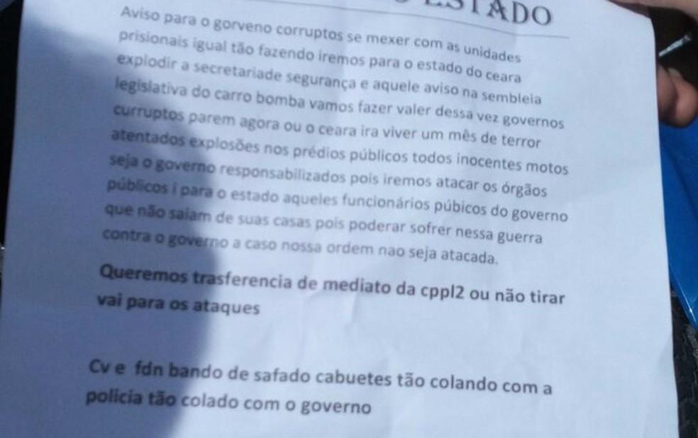 Carta deixada por criminosos em local de ataque a ônibus em Fortaleza cita transferências de presos (Foto: Anézia Gomes/TV Verdes Mares)