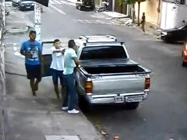 Câmeras flagraram a ação dos dois homens (Foto: Reprodução)
