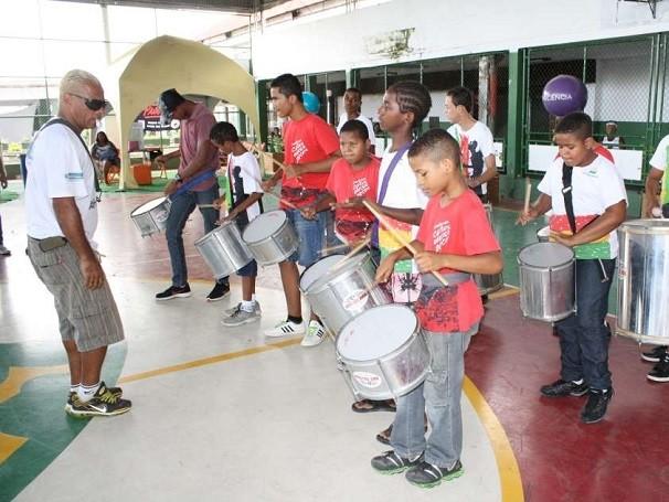 Oficina de música organizada pelo AfroReggae em Vigário Geral (RJ) (Foto: Divulgação)