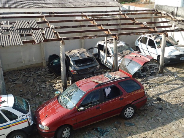 Carros que estavam no pátio ficaram destruídos. (Foto: Jônatas Elias de Sousa / VC no G1)