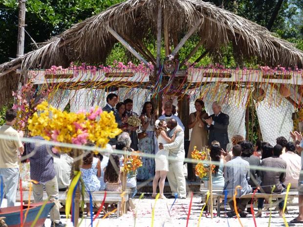 Cerimônia acontece na beira do mar (Foto: Flor do Caribe / TV Globo)