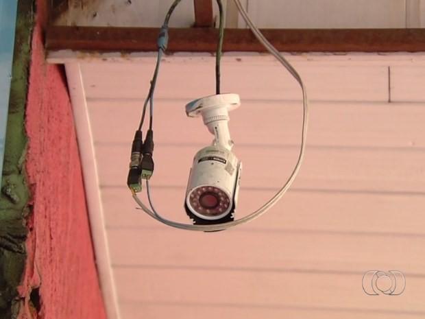 Vendedores denunciam que guardas danificaram câmera de segurança na Rua 44, em Goiânia (Foto: Reprodução/ TV Anhanguera)