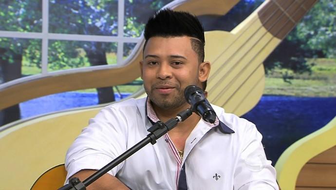 Romulo Costa se apresenta na Sala Musical (Foto: Reprodução/É Bem MT)