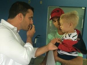 Oftalmologista tem o primeiro contato com Daniel Lemes Carvalho em Goi�nia, Goi�s (Foto: Paula Resende/ G1)
