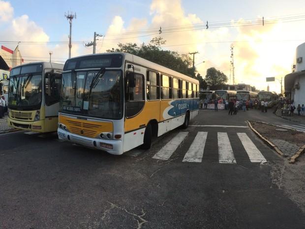 Rodoviários pararam os ônibus nas proximidades do viaduto do Baldo (Foto: Kléber Teixeira/ Inter TV Cabugi)