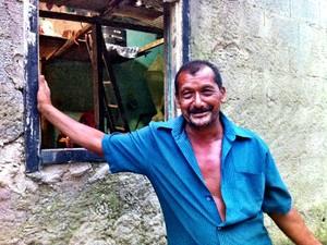 Após perder dinheiro em enchente em Cubatão (SP), pedreiro ganha passagens para PE (Foto: Fabiana Faria/TV Tribuna)