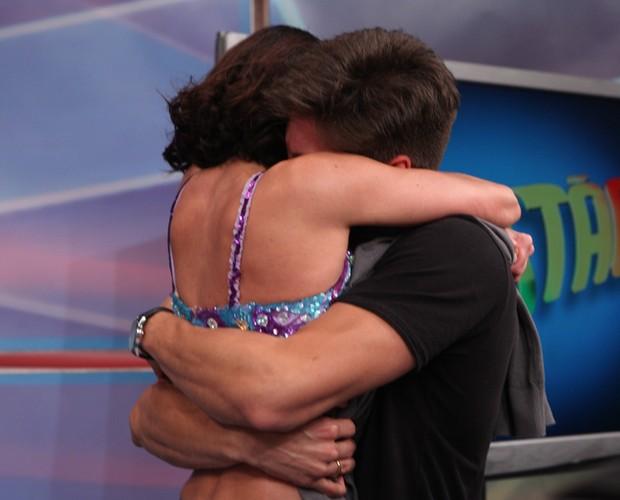 Carol Castro comemora com o namorado (Foto: Domingão do Faustão / TV Globo)
