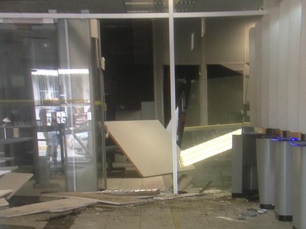 Parte da agência ficou destruída após a ação dos criminosos em Camocim de São Félix (Foto: Reprodução/TV Asa Branca)