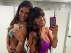 Carol Dias e Mari Gonzalez posam de biquíni antes de entrar no palco