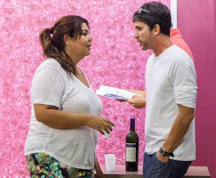 Fabiana Karla e Daniel Herz em ensaio do Tomara que Caia (Foto: Artur Meninea/Gshow)