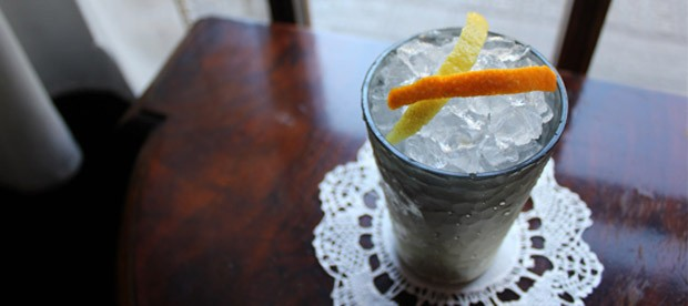 Ideal Cocktail Bar. Localizada em Barcelona, a casa foi fundada em 1931 e possui adega com 98 tipos de gin e 22 tônicas. A gin tônica servida é preparada com limões orgânicos colhidos diretamente da plantação do bar (Foto: Divulgação)
