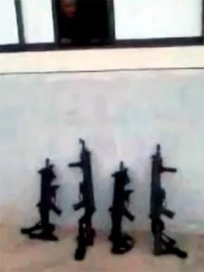 Vídeo mostra quatro fuzis encostados numa parede na entrada do presídio (Foto: Divulgação/Coape)