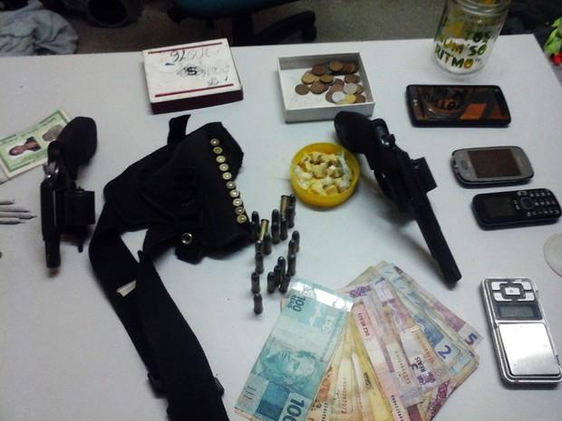 Armas, drogas e munições foram encontradas com os suspeitos  (Foto: Divulgação/Polícia Civil)