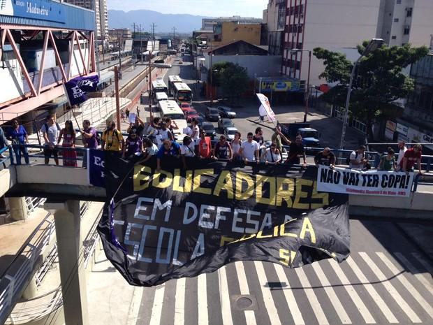 Professores em greve protestam durante inauguração da Transcarioca, no Subúrbio do Rio (Foto: Marcelo Elizardo/G1)