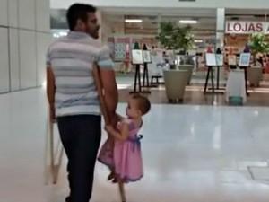 Autônomo diz que tem o hábito de levar a filha na muleta quando ela cansa de andar   (Foto: Reprodução )