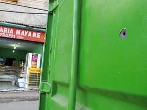 Após o tiroteio de segunda-feira (23), os contêineres ficaram com buracos de bala (Foto: Bernardo Tabak/G1)